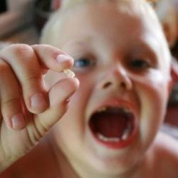 Почему выпадают молочные зубы?