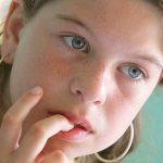 Почему ребенок грызет ногти? Как с этим бороться?
